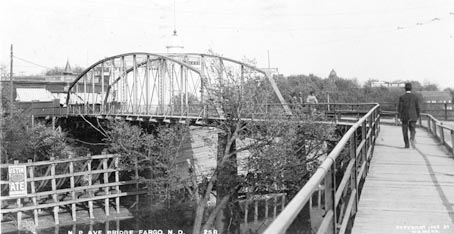 NP Avenue Bridge over the Red River (1909).